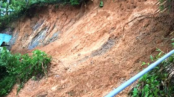 Hà Tĩnh: Sạt lở đất đồi làm sập tường nhà dân, 1 cháu bé bị gãy chân ảnh 4