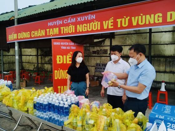 Hà Tĩnh: Huyện Cẩm Xuyên lập điểm hỗ trợ người dân về từ các tỉnh phía Nam ảnh 1