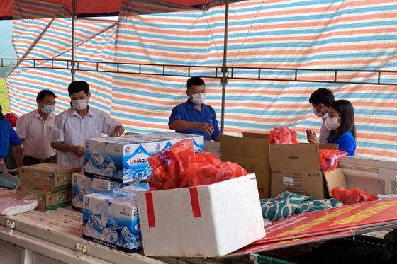 Hà Tĩnh: Huyện Cẩm Xuyên lập điểm hỗ trợ người dân về từ các tỉnh phía Nam ảnh 4