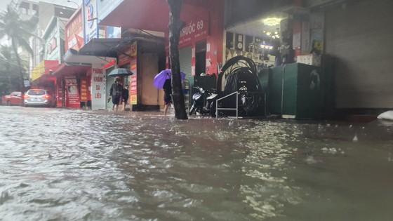 Mưa lớn kéo dài, nhiều tuyến đường ở thành phố Hà Tĩnh ngập trong biển nước