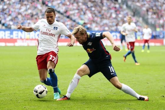 Hamburg (trái) sẽ tận dụng lợi thế sân nhà để gây khó khăn cho RB Leipzig.
