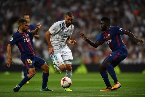 Real (giữa) đang bắt đầu mùa giải với nhiều khó khăn hơn so với Barcelona. Ảnh: Getty Images