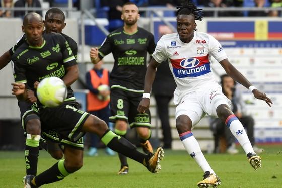 Tiền đạo Bertrand Traore (phải) của Lyon trong trận thắng 2- trước Guingamp. Getty Images