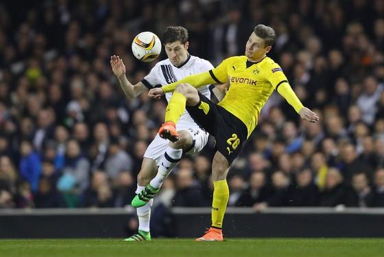 Tottenham (trắng) sẽ có cơ hội đòi nợ Dortmund. Ảnh: Getty Images