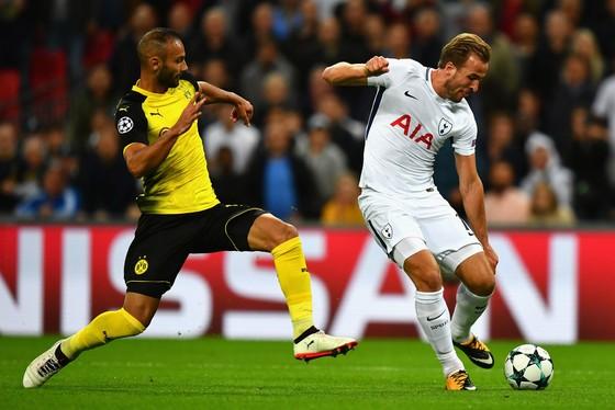Kane (trắng) có ngày thi đấu chói sáng trước Dortmund. Ảnh Getty Images