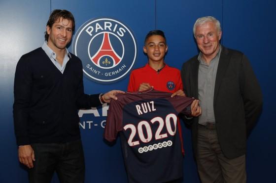 Ruiz ký hợp đồng với PSG. Ảnh: Getty Images