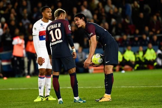 Neymar (trái) và Edinson Cavani đang tranh nhau quyền thực hiện cú đá phạt đền. Ảnh: Getty Images