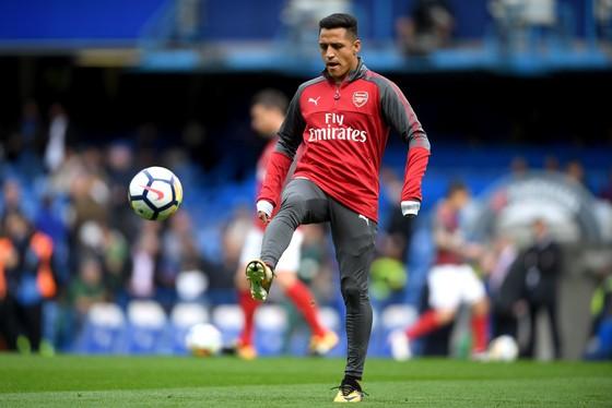Alexis Sanchez thất vọng khi bị gạt lên ghế dự bị ở trận hòa Chelsea mới đây. Ảnh: Getty Images