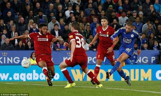 Islam Slimani hạ gục hàng thủ Liverpool ấn định chiến thắng. Ảnh: Getty Images
