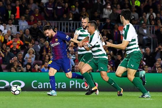 Messi (đỏ xanh) có cú poker vào lưới Eibar. Ảnh: Getty Images
