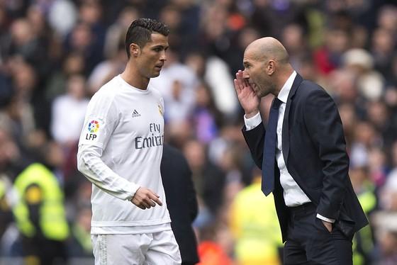 Zidane (phải) đã xong hợp đồng, còn chờ Ronaldo. Ảnh: Getty Images