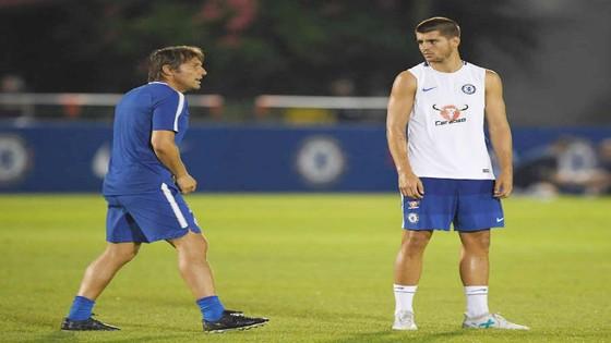 HLV Antonio Conte và Morata trên sân tập. Ảnh: Getty Images