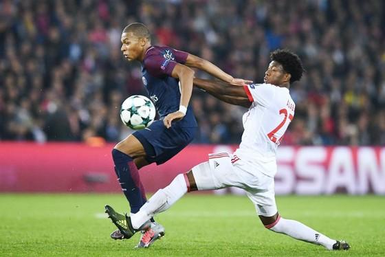 Bayern Munich (phải) đã dành cho Paris SG quá nhiều không gian để phản công. Ảnh: Getty Images
