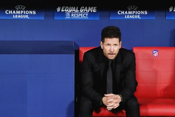 HLV Diego Simeone tỏ ra bất lực trên băng ghế huấn luyện. Ảnh: Getty Images