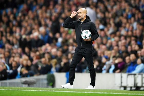 Pep Guardiola trong khoảnh khắc yêu cầu cầu thủ của mình chơi bóng tư duy. Ảnh: Getty Images