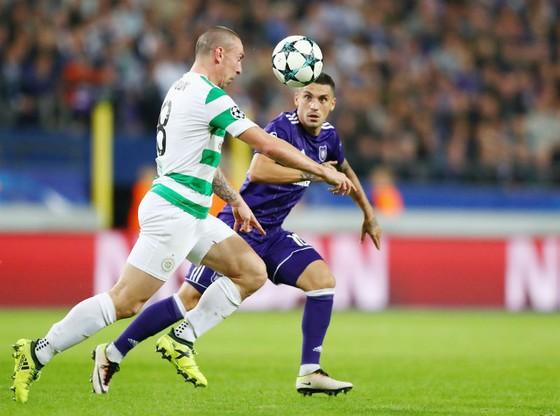 Theo cựu HLV Berti Vogts, Celtic (trái) sẽ không có cơ hội giành chiến thắng trước Bayern Munich. Ảnh: Getty Images