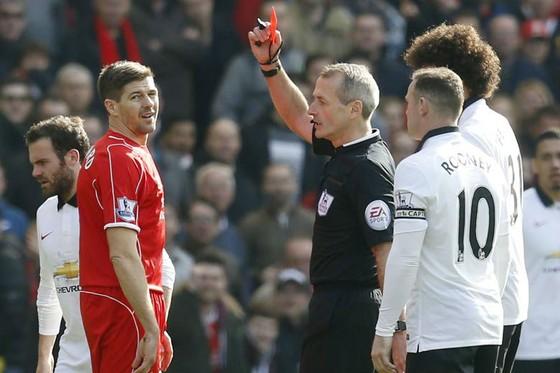 Trọng tài Martin Atkinson truất quyền thi đấu Steven Gerrard năm 2015. Ảnh: Getty Images