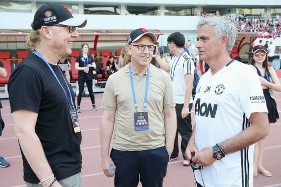 Jose Mourinho (phải) đang được ủng hộ tuyệt đối từ các ông chủ gia đình nhà Glazer. Ảnh: Getty Images