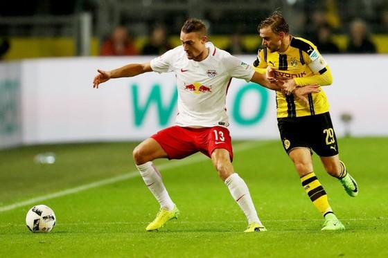 Marcel Schmelzer (phải), một trong những hậu vệ của Dortmund sẽ vắng mặt ở trận đấu với RB Leipzig vì chấn thương. Ảnh: Getty Images