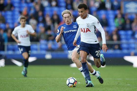 Dele Alli (phải) sẵn sàng gây sức ép lên Tottenham. Ảnh: Getty Images