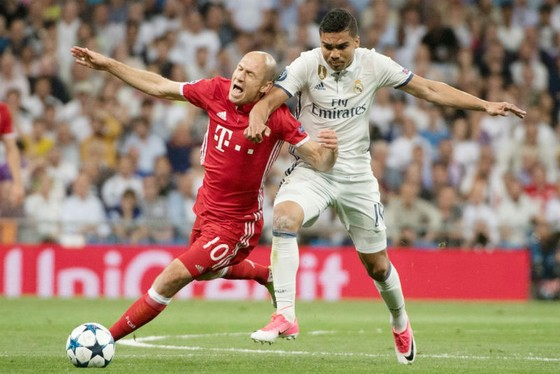 Bayern Munich (trái) đã phải dừng cuộc chơi ở vòng tứ kết Champions League mùa trước sau thất bại trước Real Madrid. Ảnh: Getty Images
