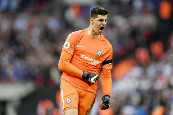Thibaut Courtois liên tục thúc giục tinh thần chiến đấu của Chelsea. Ảnh: Getty Images