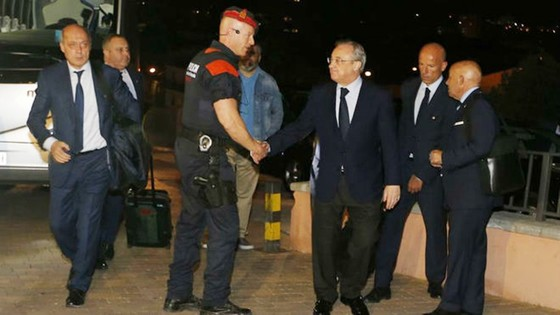 Quan chức Real được bảo vệ nghiêm ngặt. Ảnh Marca.