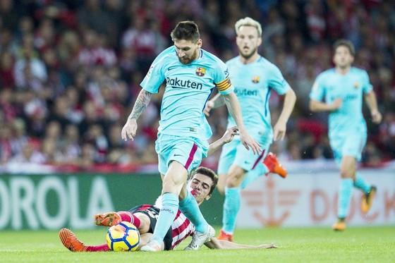 Messi (xanh) ghi bàn nhiều hơn gấp đôi các tiền đạo Real cộng lại. Ảnh: Getty Images