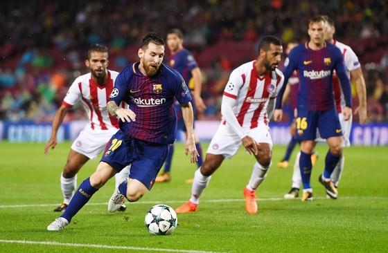 Messi (đỏ xanh) cùng đồng đội hứa hẹn sẽ có chiến thắng đậm trước Olympiacos. Ảnh: Getty Images