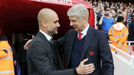 Pep Guardiola (trái) sẵn sàng cho chiến thắng trước Arsene Wenger. Ảnh: Getty Images