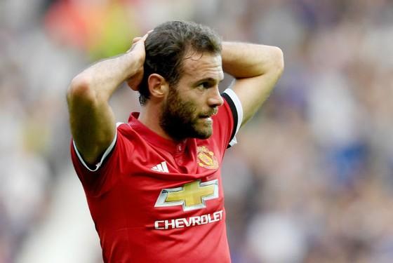 Juan Mata có lẽ cũng nên thất vọng với bản thân. Ảnh: Getty Images