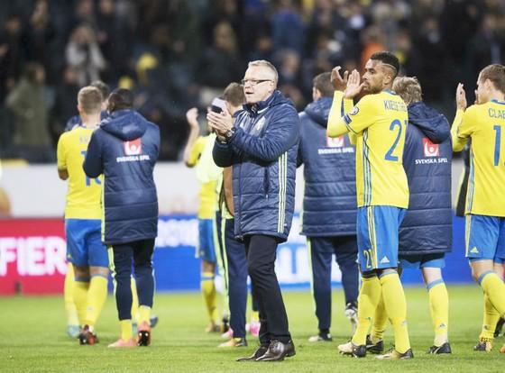 HLV Janne Andersson ăn mừng cùng những người hùng của mình. Ảnh: Getty Images