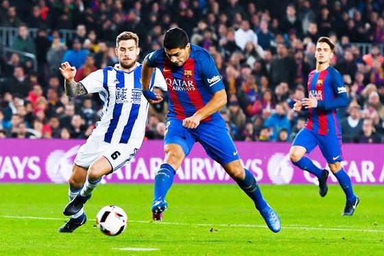 Martinez (trái) tranh bóng với Luis Suarez. Ảnh: Getty Images