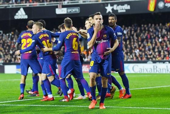 Valencia - Barcelona 1-1: Thoát chết trên Mestalla ảnh 1