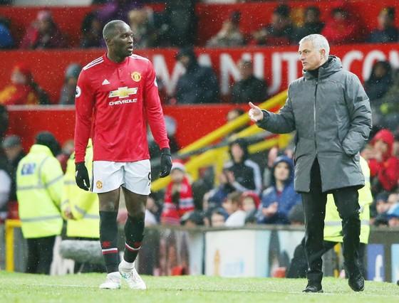 HLV Jose Mourinho đối mặt nguy cơ mất Romelu Lukaku 3 trận. HLV Pep Guardiola phấn khích ăn mừng chiến thắng. Ảnh: Getty Images