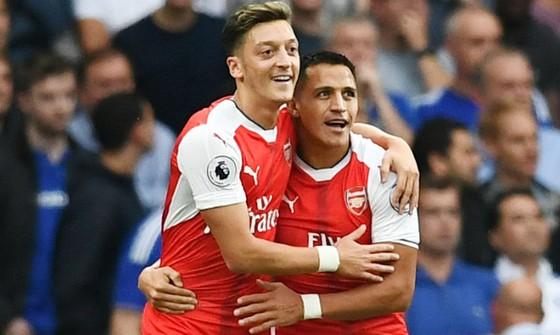 Alexis Sanchez (phải) và Mesut Oezil sẽ không rời trong tháng Giêng. Ảnh: Getty Images