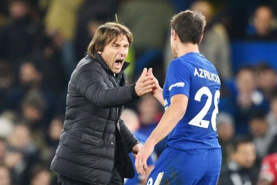 HLV Antonio Conte (trái) khẳng định hài lòng về mùa giải của Chelsea. Ảnh: Getty Images