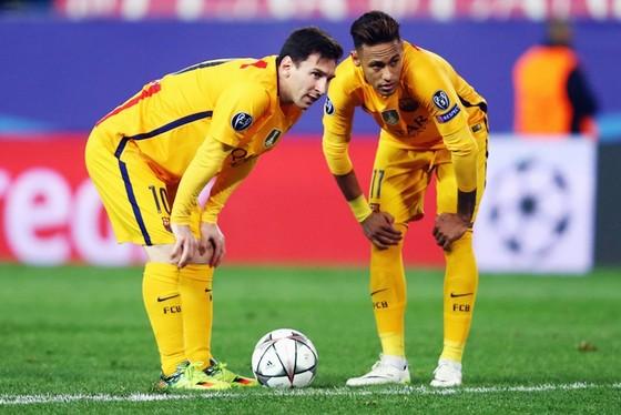 Messi (trái) thừa nhận không Neymar thì Barca phòng ngự tốt hơn.  Ảnh: Getty Images