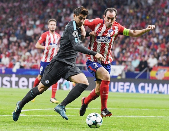 Atletico (đỏ trắng) sẽ gặp vất vả trước Chelsea. Ảnh: Getty Images