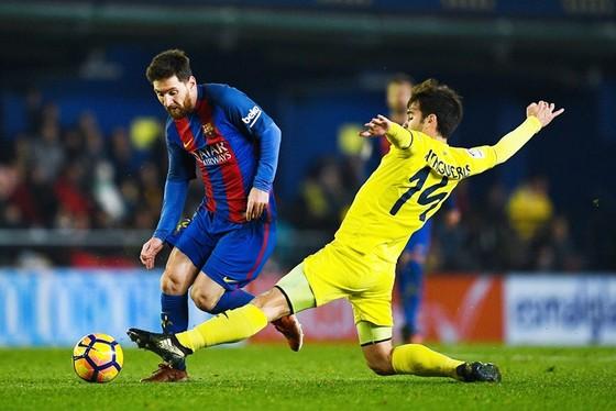Barca (đỏ xanh) hứa hẹn gặp khó trước Villarreal. Ảnh: Getty Images