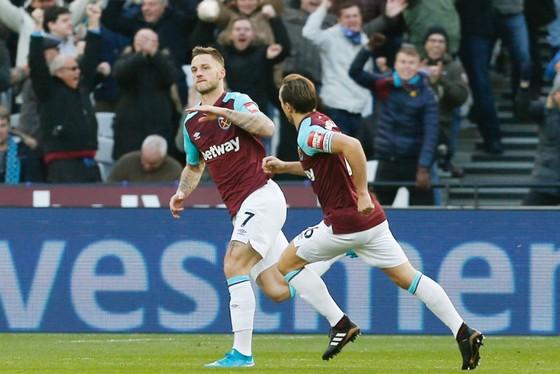 Marko Arnautovic mừng bàn thắng duy nhất giúp West Ham nhấn chìm Chelsea. Ảnh: Getty Images