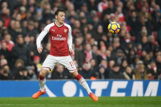 Dù tương lai bất ổn, Mesut Oezil vẫn tập trung chơi tốt cho Arsenal. Ảnh: Getty Images