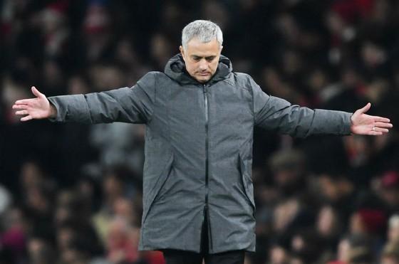 """Không thành công với """"màn tâm lý chiến"""", HLV Jose Mourinho giờ đối mặt thêm án phạt. Ảnh: Getty Images"""