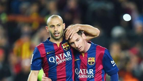 Messi (phải) sẽ chia tay người bạn thân Mascherano vào kỳ chuyển nhượng đông tới. Ảnh: Getty Images