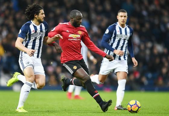 Romelu Lukaku (giữa) tiếp tục nổ súng để giúp Man.United chiến thắng. Ảnh: Getty Images