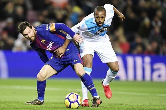 Messi (phải) không ghi bàn, Barca vẫn có chiến thắng đậm trước Deportivo. Ảnh: Getty Images