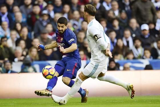 Barca (đỏ xanh) giành chiến thắng trước Real. Ảnh: Getty Images