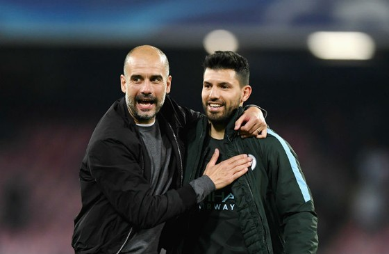 """HLV Pep Guardiola (trái) đã không còn """"vồn vã"""" với Sergio Aguero như trước. Ảnh: Getty Images"""