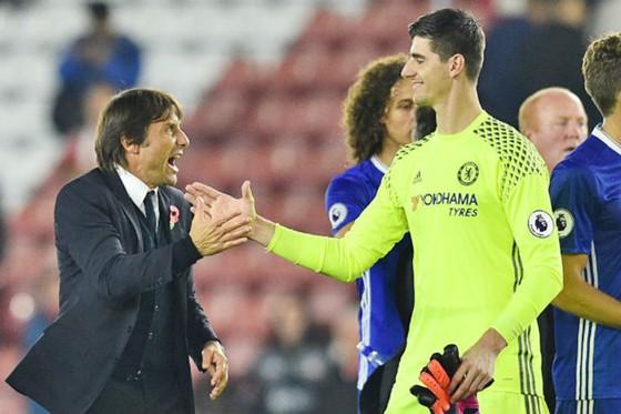 Thủ thành Thibaut Courtois (trái) tin tưởng anh và đồng đội sẽ mang lại niềm vui cho HLV Antonio Conte. Ảnh: Getty Images