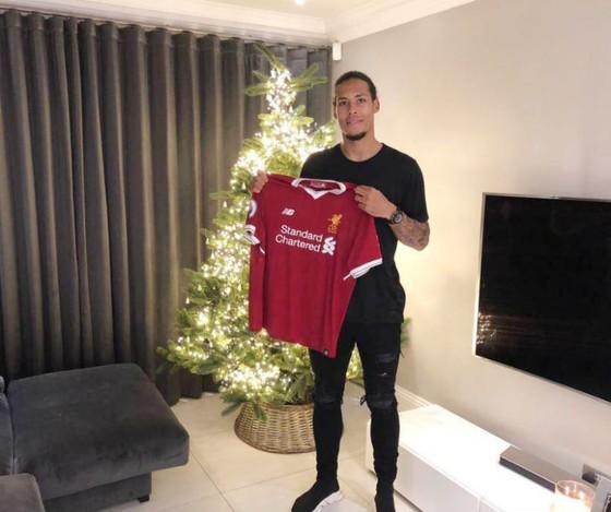 Virgil van Dijk cầm trên tay áo đấu của Liverpool. Ảnh: Getty Images